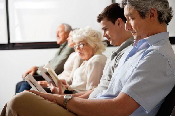 Cinco pacientes lendo e esperando serem chamados pelo dentista