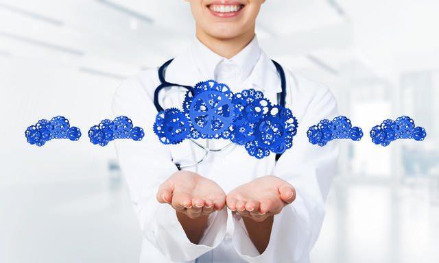 Médica com as mãos estendidas e engrenagens azuis cruzando a imagem