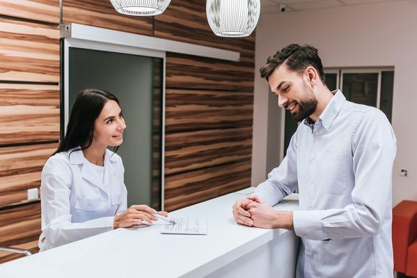 o-que-analisar-ao-contratar-uma-secretaria-de-consultorio-medico.jpeg