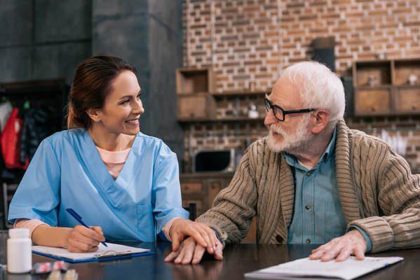 Médica e paciente idoso sorrindo